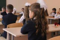 Дети ждут окончания занятий у старшеклассников: только после этого автобус может начать развозить школьников по домам.