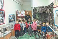 Занятия в помещении школьного музея – самые любимые для мальчишек и девчонок из школы № 1018, хотя в расписании они и не значатся. Ребятам интересна история своего района и история войны.