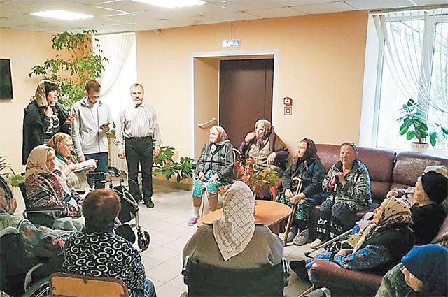 Волонтёры стараются разнообразить досуг пожилых людей: читают им вслух, вместе поют.
