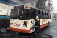 В Кривом Роге произошло ЧП:  вспыхнул и сгорел практически дотла троллейбус