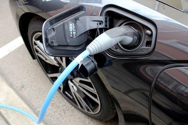 Власти считают, что расходы на эксплуатацию электромобиля в разы ниже, по сравнению с бензиновыми и дизельными транспортными средствами.