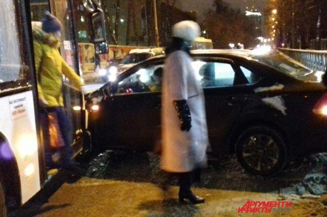 На улице Пушкина около центрального рынка столкнулись легковушка и автобус.