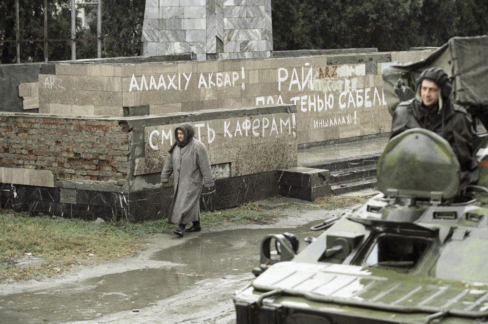 В начале февраля 2000 года чеченские повстанцы, пытаясь вырваться из окружения, потеряли множество бойцов на минных полях. Руководивший прорывом Шамиль Басаев был ранен, подорвавшись на противопехотной мине.