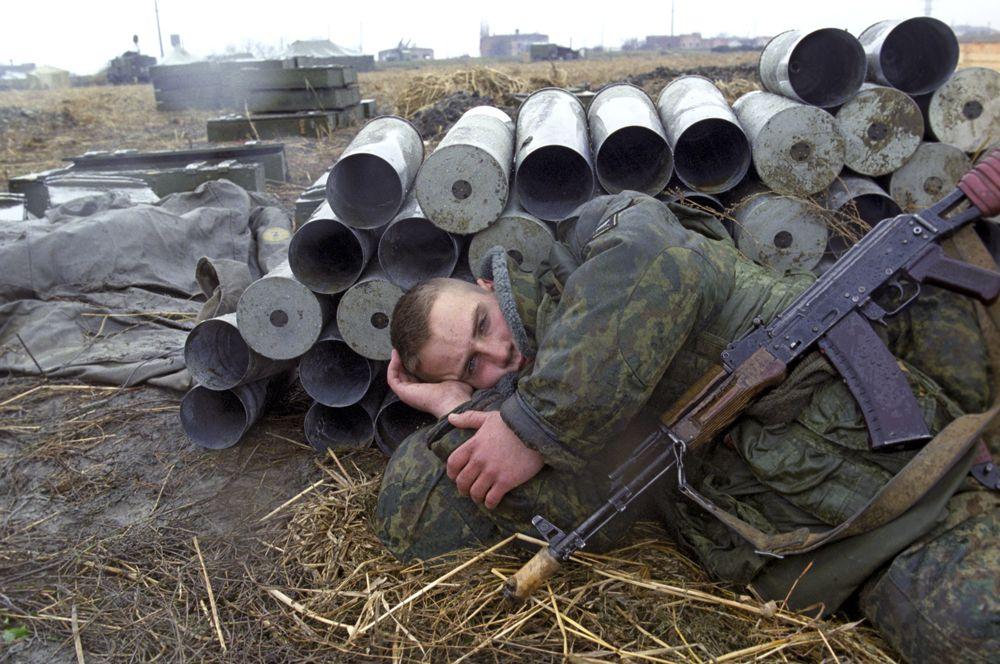 7 марта 2000 года отступивший из Грозного отряд боевиков чеченского полевого командира Руслана Гелаева был блокирован в селе Комсомольское. Село было взято российскими войсками, но Гелаеву с частью боевиков удалось уйти.