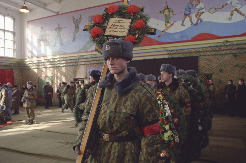 28 февраля крупный отряд боевиков Хаттаба попытался прорваться через Аргунское ущелье. В бою у высоты 776 двухтысячному отряду боевиков противостояло девяносто российских десантников. Высота была занята боевиками, однако российские бойцы сумели более суток сдерживать их натиск. На фото: похороны воинов-десантников, погибших в бою.