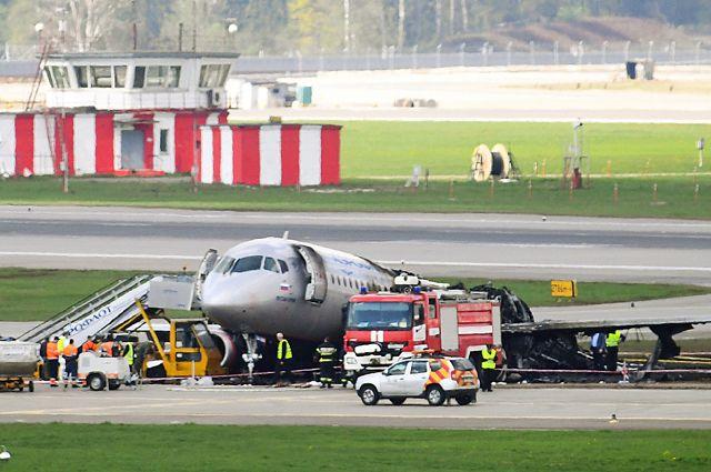 Обгоревший фюзеляж самолета Sukhoi Superjet-100.