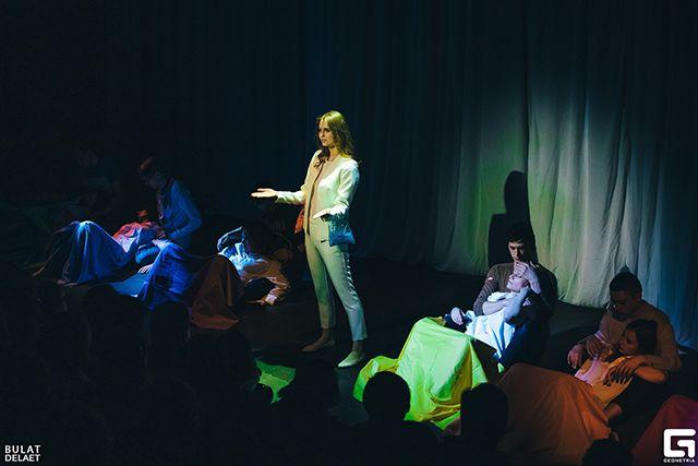 Театр переводит песни на язык жестов.