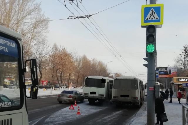 В Оренбурге водитель пассажирского автобуса сбил двух женщин.