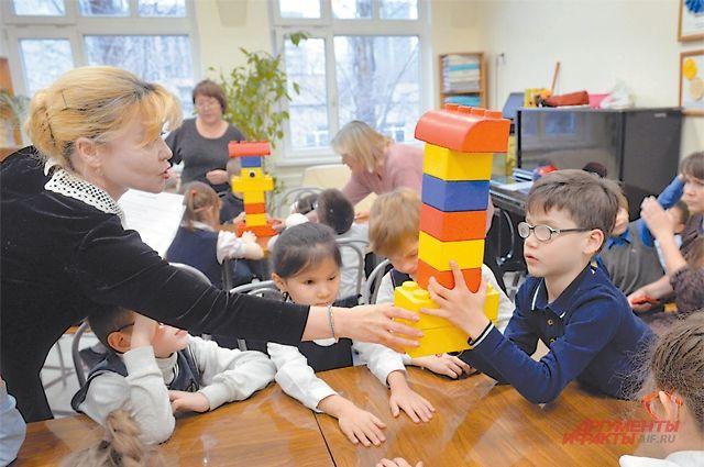 Обычный учебный день в школе для слепых № 1: одни сдают нормативы, другие знакомятся с континентами, а первоклашки играют в сказочный КВН.