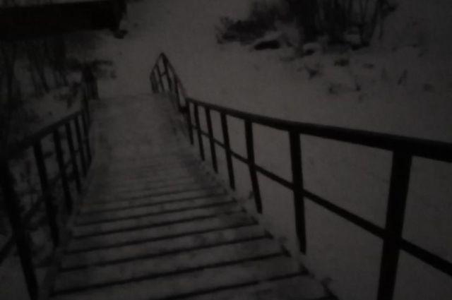 По такой темноте дети в Дзержинском районе каждый день добираются до школы.