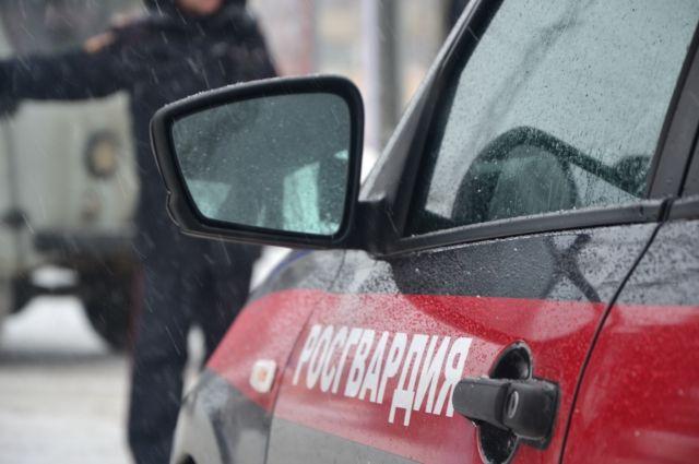 С прибывшем на место вторым экипажем вневедомственной охраны росгвардейцы блокировали и задержали вооруженного мужчину.