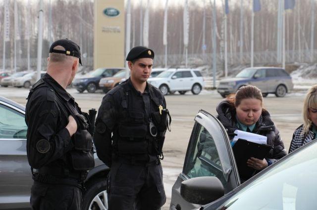 Машину оставили на ответственное хранение должнице, однако, когда подошел срок изъятия арестованного имущества, женщина отказалась отдавать автомобиль.