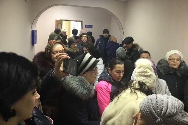 В Емельяновской прокуратуре сегодня столпотворение - жители района массово пишут жалобы.
