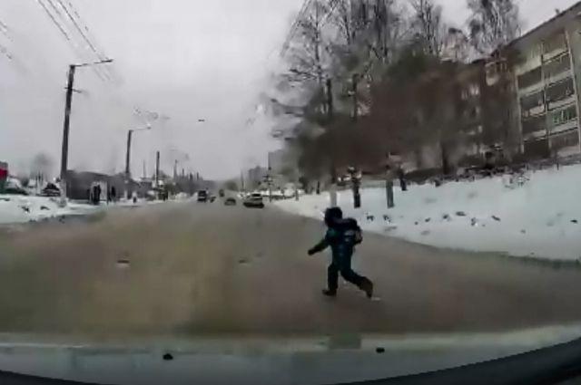 Мальчик перебегал дорогу, не посмотрев по сторонам.