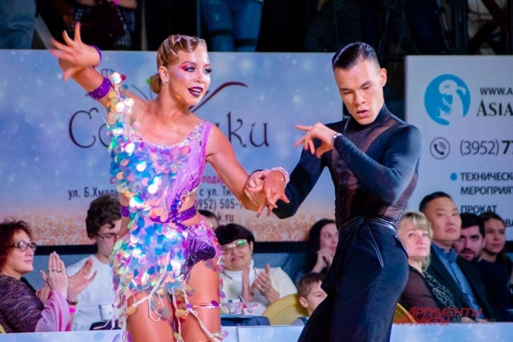 Кроме того, участники делились на танцевальные классы: от Е-класса, где выступают начинающие спортсмены, до класса А, где выступают профессионалы танцевального спорта