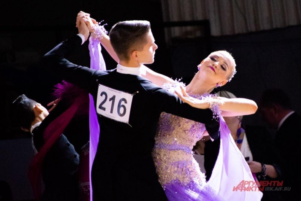 В число обязательных танцев европейской программы входят медленный вальс, медленный фокстрот, венский вальс, танго и квикстеп.