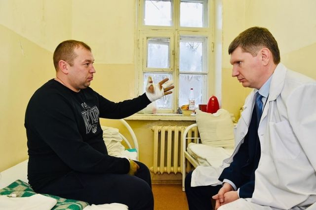 Максим Решетников навестил пострадавшего сотрудника Росгвардии.