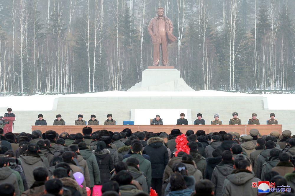 Лидер Северной Кореи Ким Чен Ын на церемонии открытия города. На заднем плане — памятник Ким Чен Иру.