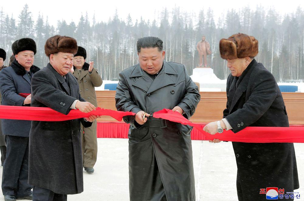 Ким Чен Ын перерезает ленточку на церемонии открытия.