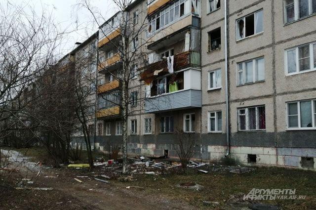 В доме взрывом выбило несколько окон.