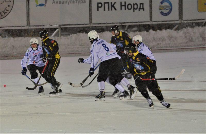 Матч получился достаточно напряженный и сложный для спортсменов, поскольку снегопад не позволял игрокам контролировать мяч на должном уровне.