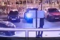 Через мгновенье из машины (в центре) выйдут братья Эльджаркиевы. Камера видеонаблюдения зафиксировала момент их убийства