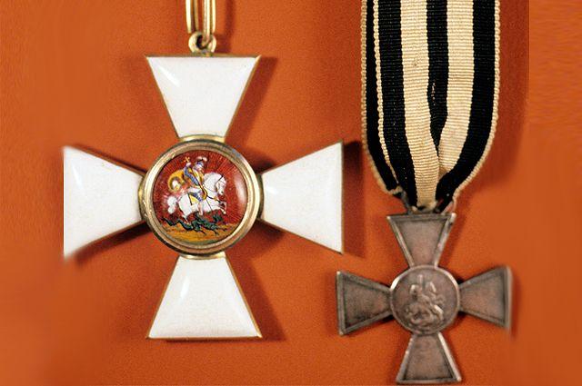 Знак ордена Святого Георгия (слева), учрежден императрицей Екатериной II в 1769 году. Справа - знак отличия Военного ордена Святого Георгия. Введен в 1807 году для солдат (Георгиевский Крест). Коллекция орденов и медалей отдела нумизматики Государственного Эрмитажа.