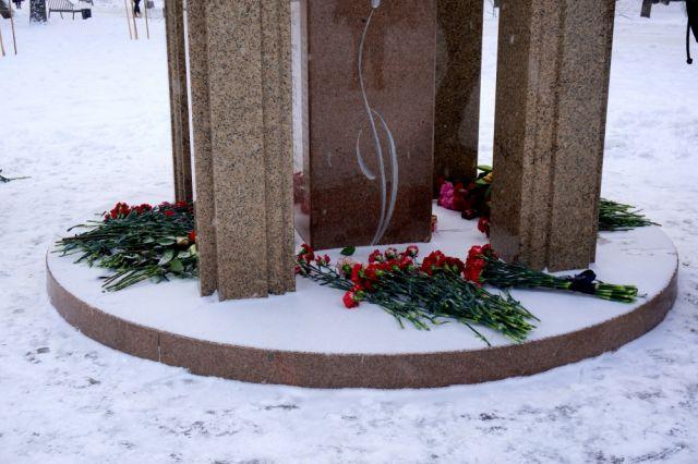 Сразу после возложения цветов для родственников организовали выезд автобуса на Северное кладбище.