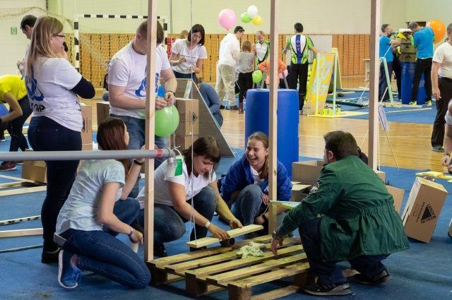 Участники игры придумывали механизмы, работа которых основана на принципе домино.