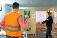 Сотрудники правоохранительных ведомств также оттачивают навыки в практической стрельбе.