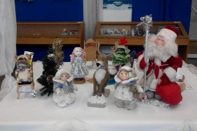 Куклы из ваты и других материалов станут настоящим украшением новогоднего интерьера.