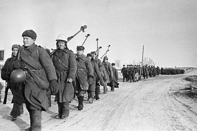 Бойцы истребительного противотанкового батальона на пути к Вязьме после боев за Ржев.