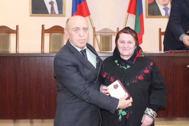 Глава Цумадинского района вручил юбилейные медали ополченцам