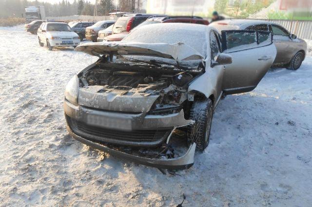 В Ижевске женщина-водитель на иномарке врезалась в опору ЛЭП