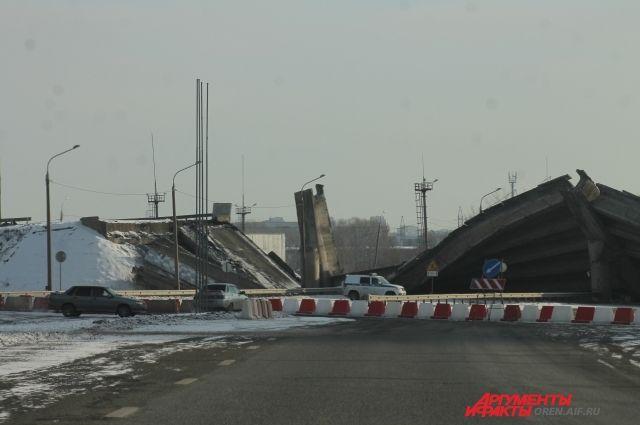 В Оренбурге следователи проверяют наличие знаков во время обрушения моста.