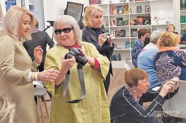 На занятиях в фотокружке используют  как профессиональные фотоаппараты,  так и обычные смартфоны.
