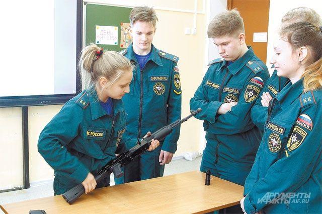В качестве экзамена кадеты собирали и разбирали автомат.