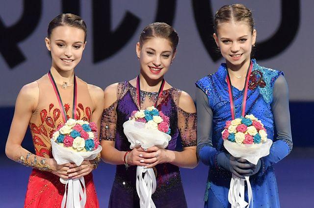 Анна Щербакова — серебряная медаль, Алена Косторная — золотая медаль, Александра Трусова — бронзовая медаль.