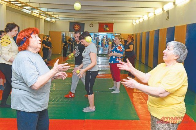 Занятия с теннисными мячиками развивают реакцию, а это полезно не только для тела, но и для мозга.