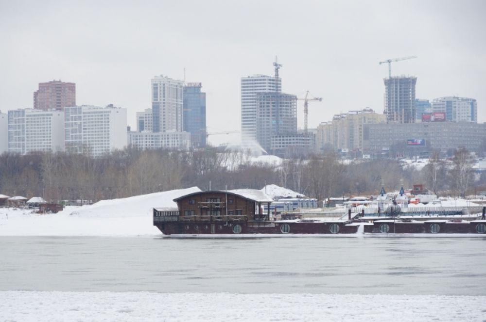 В южной части Оби находится Новосибирское водохранилище, образованное дамбой Новосибирской ГЭС. Плотина сооружалась с 1950 по 1961 годы.