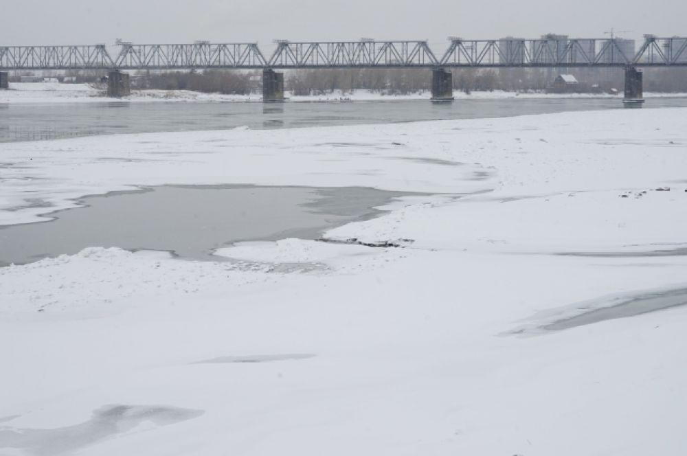 Обь протекает по Западной Сибири. Это одна из крупнейших рек в мире. Ее длина — 3650 км. Площадь бассейна Оби составляет 2 миллиона 990 тысяч км². По этому показателю река занимает первое место в России. Обь также является третьей по водоносности рекой России (после Енисея и Лены).