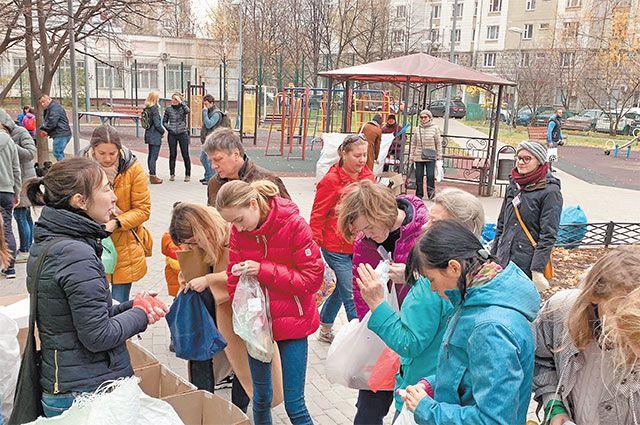 Волонтёры объясняли правила раздельного сбора мусора на практических примерах. Каждый мог определить, какую часть принесённых вещей в какой ящик класть.