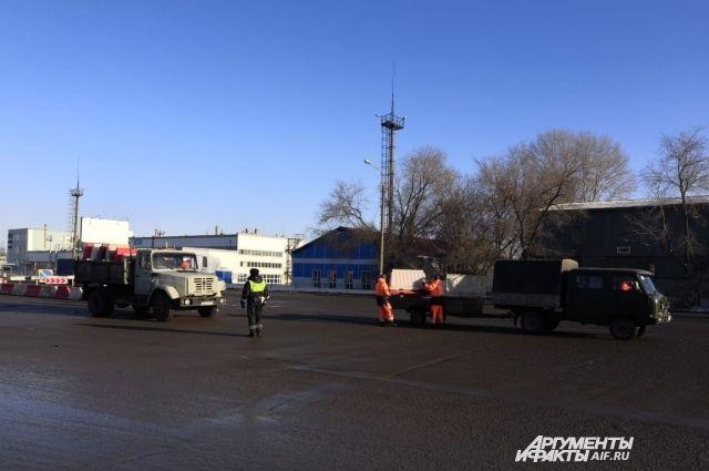 В Оренбурге убирают дорожные ограждения на месте крушения моста.