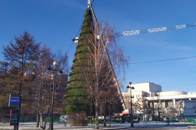 На теартральной площади елку уже собрали