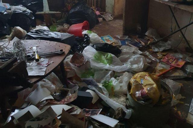 В квартире отсутствовал санузел, на полу валялись горы бытового мусора, летали мухи и ползали тараканы.