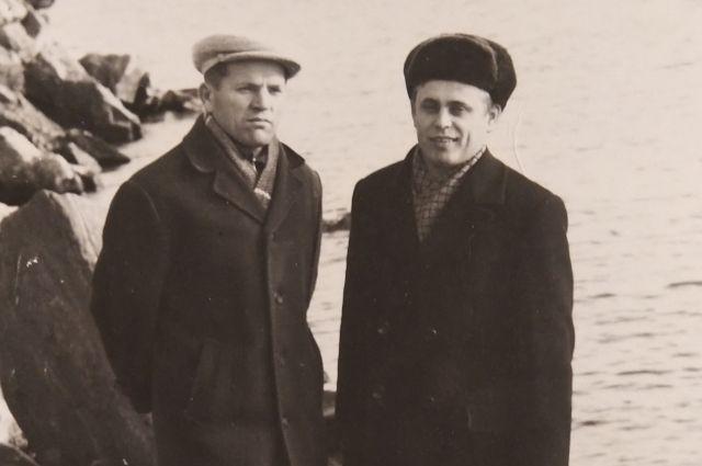 Ю. Коржов и Э. Коридзе на берегу озера Байкал, недалеко от дачи, построенной для Н.С. Хрущёва.