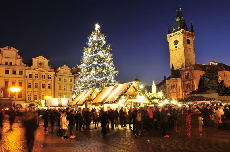 Рождественский базар и елка на Староместской площади в Праге, Чехия.