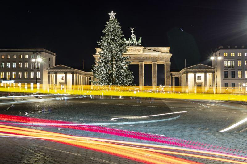 Елка перед Бранденбургскими воротами в Берлине, Германия.