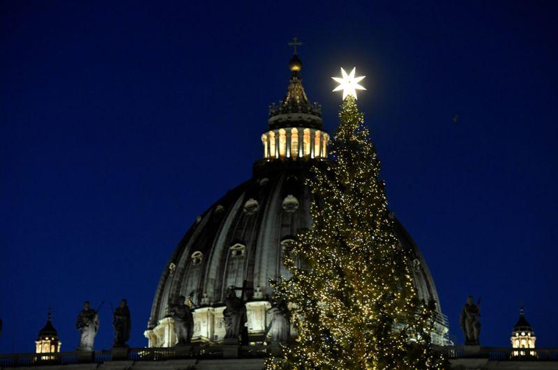 Рождественская елка на площади Святого Петра в Ватикане.