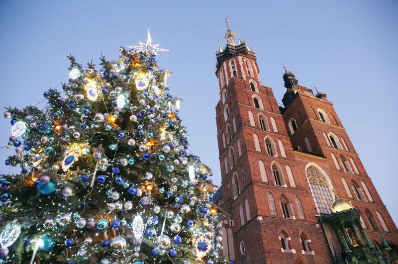 Рождественская елка рядом с церковью Святой Марии в Кракове, Польша.